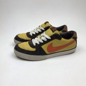 2007 Nike Dunk Low SB Sneakers Size 11